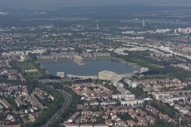 Vue aérienne au-dessus de la Sourderie avec les Arcades du Lac et les Templettes de Ricardo Bofill